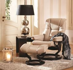 Ekornes Stressless Mayfair has that classic look you've come to love– elegant and laidback. Its cushioning is supple and comfortable, and contributes to making this one of our top sellers. The steel frame is set with Flexo-springs, which gives it a durable build and extra sitting comfort. Molded polyurethane cold foam with Comfort Zones gives your body exactly the right amount of support.