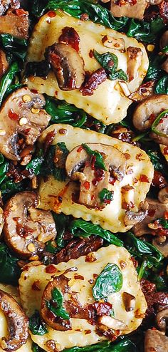Mushroom Ravioli with Spinach - this easy meatless pasta dinner requires only 6 ingredients and 30 minutes! Mushrooms are sauteed with spinach, garlic, sun-dried tomatoes and combined with ravioli. Spinach Ravioli, Mushroom Ravioli, Ravioli Lasagna, Pasta Recipes, Dinner Recipes, Cooking Recipes, Quiche Recipes, Italian Dishes, Italian Recipes