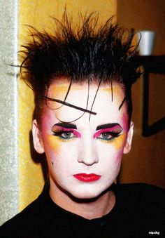 Boy George, New Romantic was a New Wave and fashion movement that occurred primarily in British and Irish nightclubs during the early and mid 1980 Makeup, Punk Makeup, Male Makeup, Clown Makeup, Boy George, Look 80s, Look Retro, Makeup Inspo, Makeup Inspiration