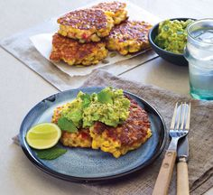 Sweetcorn and pepper fritters with avocado smash. Liven up your breakfast and get your day off to a healthy and energising start with these easy fritters Healthy Corn, Healthy Brunch, Healthy Breakfast Recipes, Brunch Recipes, Vegetarian Recipes, Healthy Recipes, Avocado Recipes, Veggie Recipes, Healthy Pastas