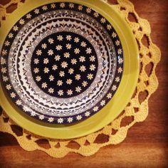 Todo dia ela faz tudo sempre igual... A mesa do café... #crochet #artesanato #handmade #feitoamão #crochetconcupiscence #lovecrochet #croche #amarelo by eusoumaristella