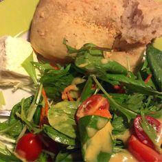 Focaccia feita em casa burrata e saladinha! #jantardesexta #focaccia #homemade #salada #quasefit