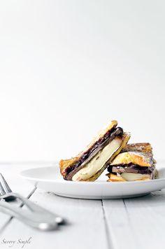 Gegrillte Brioche mit Brie, ist dunkle Schokolade und Blaubeeren erstaunliche zum Nachtisch oder Brunch!  Holen Sie sich das Rezept von SavorySimple.net