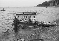 Vissersfamilie op het strand in de weer met net, Poelau Sangihe.  December 1948