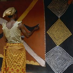 ukpuru: Igbo Woman Painting a Mural Nwunnan uses natural pigments to decorate the wall of a village dwelling. Her pattern on her blouse echoes that of the traditional, diamond-shaped, motif, known as ogalu, which is incorporated into the mural. Margaret Courtney-Clarke, 1988, Agukwu Nri, Nigeria. [+]