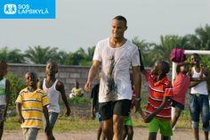 """""""Olen vahvasti sitä mieltä, ettei yhdenkään lapsen pitäisi kasvaa yksin."""" -Vincent Kompany, Englannin valioliigan Manchester Cityn ja Belgian maajoukkueen kapteeni ja SOS-lapsikyläjärjestön lähettiläs. #Vincent Kompany #SOS-Lapsikylä #jalkapallo #Kongo"""