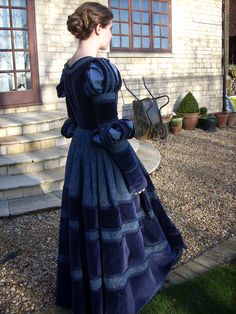 Cranach gown by CleoMetcalfe. Not a vintage dress but site sells patterns to make vintage looking clothing