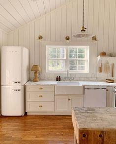 This light-filled, airy, wood-clad kitchen evokes a coastal or Scandi vibe. White Farmhouse Kitchens, Farmhouse Sink Kitchen, Diy Kitchen, Vintage Kitchen, Kitchen Decor, Vintage Farmhouse, Bright Kitchens, Home Kitchens, Kitchen Furniture