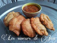 Salem aleykoum / bonjour Aujourd'hui voyageons un peu avec cette recette de beignet au thon dite ''pastel'' accompagné de sa sauce tomate.Tout droit venue d' Afrique et plus précisément du Sénégal.ces beignets sont tout simplement délicieux. Ingrédients:...