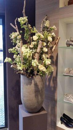 Foto: Decoratie met berkenstammen en witte bloemen. Decoratiestyling. Geplaatst door decoratietakken-nl op Welke.nl