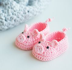 Piggy Crochet Baby Booties by Croby Patterns  Yarn weight DK Hook size 3.5 mm (E) The pattern is written in 2 sizes: 0 – 6 months (6 – 12 months)