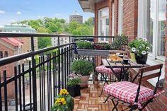 Piccolo tavolino su balcone stretto e lungo