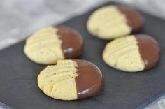 Des petits biscuits sablés assez simples et rapides à faire. Une petite touche amusante pour combler un après midi pluvieux avec ma mini miss chocolat. J'ai trouvé la recette sur le blog de Hanane, recette qui circule beaucoup sur le net et qui me semblait...