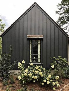 Best Exterior Paint Combinations New Our top Picks for Dark Exterior Paint Colors Plank and Pillow Dark Grey Houses, Dark House, Brown House, Black House Exterior, Exterior Paint Colors For House, Grey Exterior, Cabin Exterior Colors, Exterior Design, Craftsman Exterior