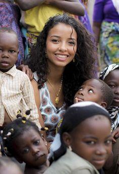 Flora Coquerel,franco-béninoise, miss France 2014, au Bénin le 11 mars 2014, le pays originaire de sa mère, où elle fondera l'association KELINA