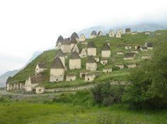 Ciudad de los Muertos, Rusia. Dargavs parece un bonito pueblo de 100 pequeñas casas de piedra en una colina, pero en realidad son criptas llenas de huesos. Muchos de los cuerpos fueron enterrados junto con su ropa y otras pertenencias.