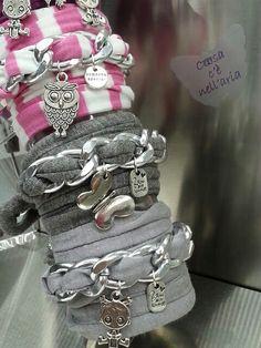 Bracciali con catena, fettuccia e 3 charms. Bracelets with chain, cotton ribbon and 3 charms.