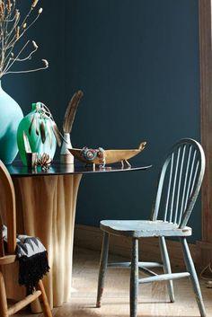 Petrol Als Wandfarbe U2013 So Wird Sie Kombiniert: Wände In Petrolblau, Möbel  Aus Holz Und Vasen In Grün