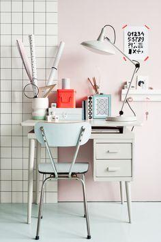 Petit coin bureau rétro aux couleurs pastel.