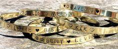 BY PAT Handgemaakte armbandjes• metalen tekst-armbanden & naamtouwtjes• Geef je armbandje een persoonlijke touch met een eigen tekst of quote!De tekst wordt letter voor letter met de hand geslagenwat elk armbandje uniek maakt! Superleuk als •kraam- of afstudeer cadeautje!De armbandjes zijn te bestellen in de kleuren •goud (messing), •zilver (aluminium) of •rosé (koper).