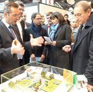 Pascal Casanova, Directeur Général Lafarge France, et Bertrand Delanoë, Maire de Paris, lors de la Foire de Paris 2012. Lafarge présentait la maison ABCD+, en béton et à énergie positive.