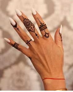 Henné Henné - Henna foot and hand jewelry Small Henna Designs, Henna Tattoo Designs Simple, Finger Henna Designs, Mehndi Designs For Fingers, Tribal Henna Designs, Tattoo Simple, Henna Tattoo Muster, Henna Tattoo Hand, Mandala Tattoo