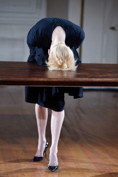 画像: 16/42【ティルダ・スウィントンの即興劇「クロークルーム」モードとパフォーマンスを融合】