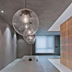 El estudio de Fran Silvestre Navarro ha reformado este piso de 290 m2, ubicado en el Ensanche de Valencia, buscando la continuidad y la espacialidad interior