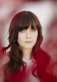 Zooey Deschanel - love her hair & style! Makes me wanna cut bangs again Zooey Deschanel Hair, Zooey Dechanel, Emily Deschanel, Celebrity Photography, Celebrity Portraits, Celebrity Gallery, Amanda, Pretty Hairstyles, Pretty People