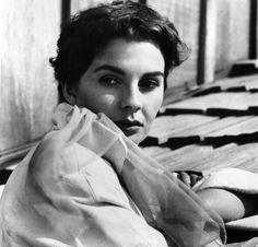 IlPost - L'attrice inglese Jean Simmons in una foto dell'8 marzo 1956. Jean Simmons, nata a Londra il 31 gennaio 1929, morì a Santa Monica, in California, il 22 gennaio 2010, quattro anni fa. Fu una famosa attrice di Hollywood dalla metà - L'attrice inglese Jean Simmons in una foto dell'8 marzo 1956.  Jean Simmons, nata a Londra il  31 gennaio 1929, morì a Santa Monica, in California, il 22 gennaio 2010, quattro anni fa.  Fu una famosa attrice di Hollywood dalla metà degli anni Quaranta agli…