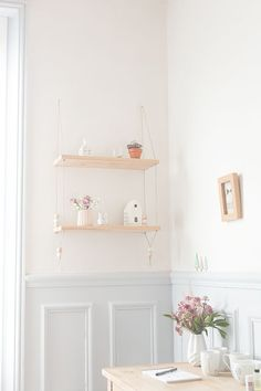 DIY Une étagère suspendue. (Suspended shelves - Carnets parisiens) (http://www.carnetsparisiens.com/2014/10/19/etagere-balancoire/)