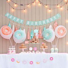 Festa infantil com o tema DONUTS Uma inspiração super fofa e deliciosa, além de ser um tema simples e muito fácil! ➡️ No blog separamos algumas festas caseiras e com muito bom gosto para inspirar as mamães de plantão! LAPISDEMAE.COM #lapisdemae #festinhainfantil #donuts