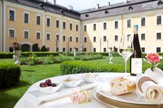 Optisch, als auch kulinarisch bietet das Schloss Mondsee einiges. Der Schlossgarten kann perfekt für die Agape oder den Sektempfang genutzt werden. Genussvolles Essen und erlesene Weine schmecken in dieser Umgebung noch besser. Wo sich dieses Schloss genau befindet, das kann man hier einsehen: http://hochzeits-location.info/hochzeitslocation/schlosshotel-mondsee#Lage