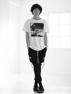 [Alexsandros]のボーカル川上洋平が自ら撮影した写真を、JEANPAULKNOTTのTシャツにプリントし、素材とクオリティーに拘ったシーズン限定T-シャツ[SOUVENIR DE GOSSE NOBLE]JEANPAULKNOTTとのコラボTシャツ第一弾!色:白素材:オーガニックコットン100%サイズ / XS - S - M - L - XL着丈(cm) / 69(XS) 71(S) 73(M) 75(L) 77(XL)身巾(cm) / 49(XS) 51(S) 53(M) 55(L) 57(XL)袖丈(cm) / 17(XS) 18(S) 19(M) 20(L) 21(XL)参考サイズ / XL(身長180cm)*洗濯時に乾燥機をご使用になりますと、商品が縮む事がありますのでご注意下さい。*ご購入手続きが完了してからの在庫確保となります。カートに入れただけでは在庫確保となりませんのでご注意ください。 Band Photos, Yuri, Black Jeans, Track, Sporty, Poses, Mens Fashion, Actors, Men's Style