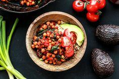 Pois Chiches à l'Indienne - Rapide, frais et légèrement relevé ce plat est idéal pour les repas de semaine et se réchauffe aussi très bien pour les lunchs. Pourquoi se compliquer la vie? Les meilleures recettes sont souvent les plus simples!