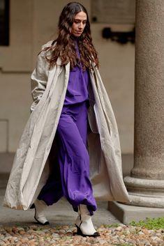 Pantone: Ultra Violett ist die Trendfarbe 2018. Wir zeigen dir die coolsten Fashiontrends in Lila #fashionweek #milano #streetstyle #fashion #color #colorful #colour   credit: imaxtree