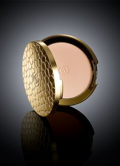 Get a perfect, matte complexion with Giordani Gold Jewel Compact Powder.
