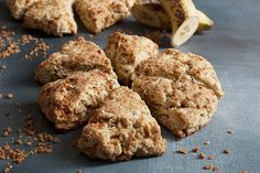 These Banana Scones are made from ripe bananas and toffee pieces. Easy and delicious, they channel the famous Banoffee pie flavours! Lemon Poppy Seed Scones, Banana Scones, Dip Recipes, Dessert Recipes, Casserole Recipes, Breakfast Recipes, Chicken Recipes, Pie Flavors, Butter Pecan