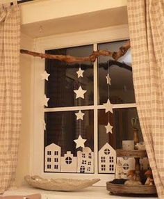 Decorating the window for Christmas is incredibly important. Here are some Christmas Window Decor Ideas that you'll like. Noel Christmas, Winter Christmas, German Christmas, Burlap Christmas, Christmas Projects, Christmas Crafts, Navidad Natural, Christmas Window Decorations, Paper Decorations