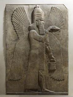 Génie bénisseur Epoque Néo-babylonienne - 717 à 706 av. J.-C. Palais de Sargon II - Façade N Albâtre gypseux H. : 3,30 m. ; L. : 2,14 m. Paris,  Musée du Louvre
