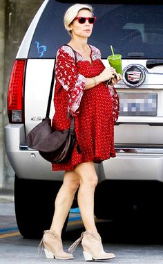A super prego Elsa Pataky matched her cherry-hued wayfarers to her bright red sundress! Gotta love the color coordination!