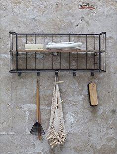 Die Garderobe im Industriestil aus Metall und Holz, bietet auf wenig Raum viel Platz für Jacken und Kleinkram. Jetzt entdecken bei car-moebel.de!