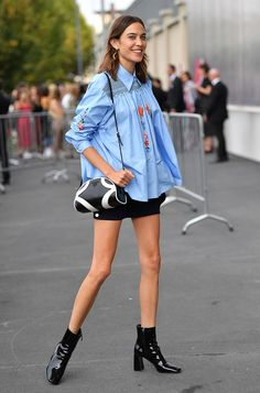 Alexa Chung in a blue shirt with a short skirt and patent boots Source by soniaaltaf fashion boots Trend Fashion, Fashion 2020, New York Fashion, Daily Fashion, Fashion Weeks, Style Fashion, Pretty Little Liars, Celebrity Outfits, Celebrity Style