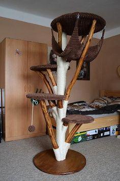 Veliký kočičí strom s 4mi kulatými podstavci s výřezy, rozmístěnými ve čtyřech patrech. Poslední nejvyšší je s podvěsem.