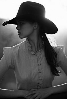 Cow girl / Black and White Photography Moda Country, Country Girls, Country Living, Foto Face, Black And White Hats, Foto Portrait, Portrait Images, Female Portrait, Love Hat