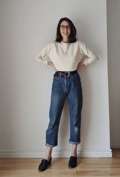 Musa do estilo: Petra Alexandra - Blusa de manga bege, mom jeans com barra dobrada, cinto preto, loafer preto Style Outfits, Classy Outfits, Pretty Outfits, Vintage Outfits, Casual Outfits, Cute Outfits, Fashion Outfits, Fashion Week, Fashion Looks
