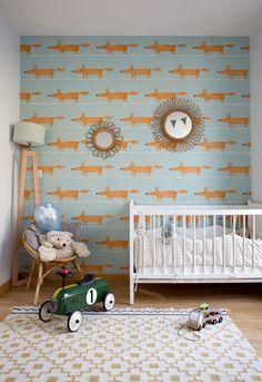 Chambre d'enfant avec un papier peint bleu clair avec des renards