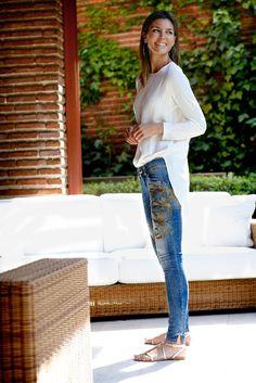 look con jeans de Ralph Lauren, camisa de Sportmax y sandalias planas de Fun.