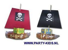 Piratenschip met verpakte wafe en schatkist snoepdoosje.