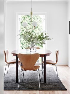 If you want to add a special touch to your Scandinavian dining room lighting design, you have to read this article that is filled with unique tips. Dining Table Design, Dining Room Table, Dining Chairs, Dining Area, Lounge Chairs, Room Chairs, Minimalist Dining Room, Esstisch Design, Dining Room Lighting
